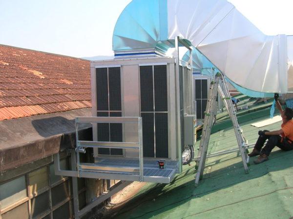 Fase finale installazione raffrescatore evaporativo
