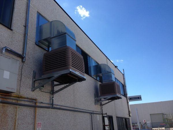 Raffrescatori a parete installati in torneria meccanica automatica